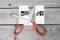 Kostensenkungskonzept mit einem Paar von scissor Lizenzfreies Stockbild