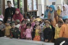 KOSTIUMÓW dzieci W dnia świętowaniu KARTINI Obrazy Royalty Free
