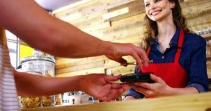 Kostiumowy płaci rachunek przez smartphone używać NFC technologię zdjęcie wideo