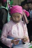 Kostiumy mniejszości etnicznej dziewczyna przy starym Dong Van rynkiem, obrazy royalty free