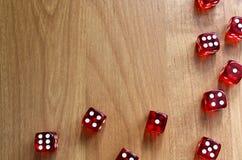 Kostka do gry barwioni kostka do gry rozpraszający na stole Obrazy Stock