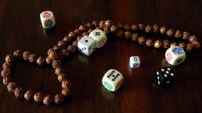 Kostka do gry dla gier planszowa Różaniec od Peruwiańskiego drzewa Obraz Stock