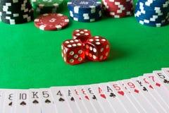 Kostka do gry, grzebaków układy scaleni i karta do gry na zielonym stole, Gra co obrazy royalty free