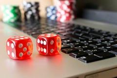 Kostka do gry, grzebaków układy scaleni na laptopie Pojęcie gry online Cl zdjęcia stock