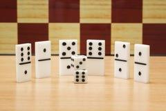 Kostka do gry i domina na tle szachowa deska Zdjęcia Royalty Free