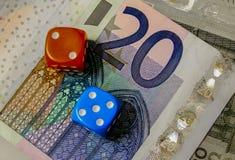 Kostka do gry i pieniądze Obrazy Stock