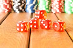 Kostka do gry i układy scaleni na drewnianym stole Uprawiający hazard, grzebaków układy scaleni obraz stock