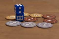 Kostka do gry i układ scalony gra planszowa Zdjęcia Stock