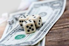 Kostka do gry i uprawiać hazard obrazy royalty free