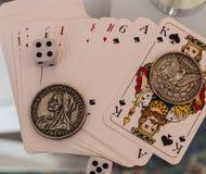 Kostka do gry, monety i karta do gry, Zdjęcia Royalty Free