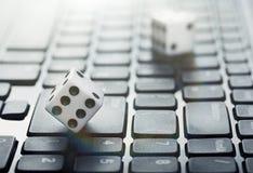 Kostka do gry na laptop klawiaturze Ð ¡ oncept online online kasyno i uprawiać hazard Kreatywnie pomysł z czarcimi ` s kościami i zdjęcia stock