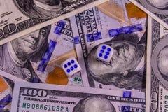 Kostka do gry na sto dolarowych rachunkach pojęcia hazardu ręki serc dziewięć gracza target3734_0_ Obrazy Royalty Free