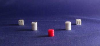 Kostka do gry na tło tkaninie Zdjęcie Royalty Free