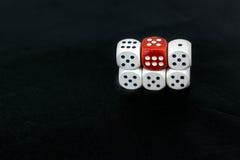 Kostka do gry pięć piszczałek sześć na czarnym tle i czerwień Obraz Royalty Free