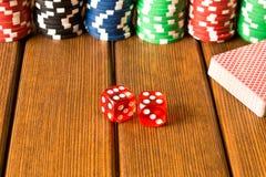 Kostka do gry, pokład karty i układy scaleni na drewnianym stole, Uprawiać hazard, pok zdjęcie stock