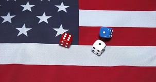 Kostka do gry stacza się na flaga amerykańskiej, zbiory wideo