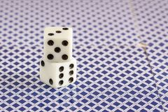 Kostka do gry stoją z tyłu karta do gry Zdjęcia Stock