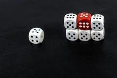Kostka do gry sześć jednostek i czerwonego sześć na czarnym tle Zdjęcie Royalty Free
