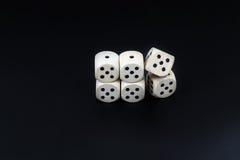 Kostka do gry sześć piszczałek na czarnym matte tle Obrazy Royalty Free