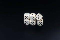 Kostka do gry sześć piszczałek na czarnym matte tle Fotografia Royalty Free