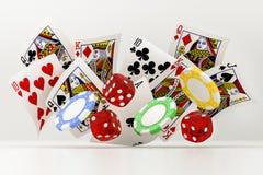 Kostka do gry, układy scaleni i karty, Fotografia Royalty Free