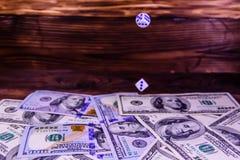 Kostka do gry w locie nad sto dolarowych rachunków Hazard conc Obrazy Stock