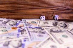 Kostka do gry w locie nad sto dolarowych rachunków Hazard conc Fotografia Royalty Free