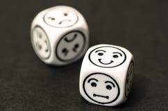 Kostka do gry z szczęśliwą emoticon stroną Fotografia Royalty Free