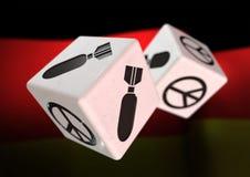 Kostka do gry z wojny i pokoju symbolami na each stronie Toczni kostka do gry z Obrazy Royalty Free