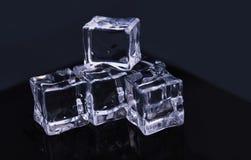 Kostka lodu na odbicie stole - abstrakcjonistyczna fotografia zdjęcie royalty free