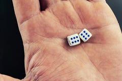 Kostki do gry w mężczyzny ręce zdjęcie royalty free