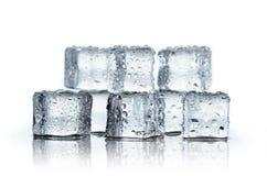 Kostki lodu i wody krople na białym tle Zdjęcia Royalty Free