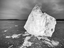 Kostki lodu na ciemnej odbijającej ziemi Jarzyć się kawałki siekający płatki śniegu i lód Zdjęcia Stock
