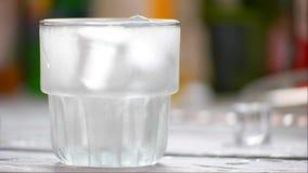 Kostki lodu spadają w szkło zbiory wideo