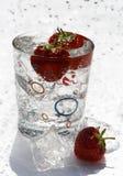kostki lodu truskawek szklanki wody. Obraz Royalty Free