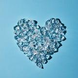 Kostki lodu w formie serca na błękitnym tle Mieszkanie nieatutowy Obrazy Royalty Free