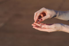 Kostki lodu w ludzkich rękach Obraz Stock