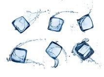 Kostki lodu w wodnych pluśnięciach odizolowywających na bielu Obraz Stock