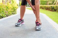 Kostki zwichnięcie podczas gdy jogging lub biegający Obrazy Royalty Free