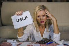 Kostnader för hemhjälp för bekymrad och stressad Caucasian notepad för 40-talkvinna hållande beräknande och skattbetalningar i bu Arkivfoto