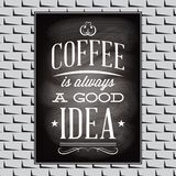 Kostnadsförslag på ett ämne av kaffe på den svarta bräde- och tegelstenväggen Arkivbilder