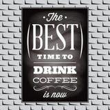 Kostnadsförslag på ett ämne av kaffe på den svarta bräde- och tegelstenväggen Royaltyfri Fotografi