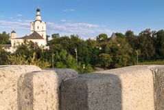 Kostomarovskyj桥梁花岗岩平板在古老Andronikov修道院背景的  莫斯科俄国 免版税库存图片