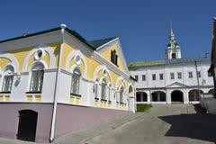 Kostroma, ein Flachbau wird sehr harmonisch in einen enormeren äußeren Fall gemischt und ist nach innen ordentliche Straße stockbild