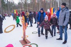 Kostroma, Rosja Luty 26, 2017: Dzieciaki świętują Maslenitsa Naleśnikowego tydzień - wyłącznie Rosyjski wakacje Zdjęcie Stock