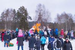 Kostroma, Rusia - Febrary 26, 2016: Straw Scarecrow de Shrovetide antes de quemar en la celebración de Mardi Gras, semana de la c Imágenes de archivo libres de regalías