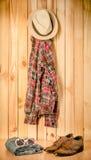 Kostuum het hangen op houten muurachtergrond - de wijnoogst van de stilleventoon Stock Fotografie