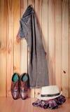 Kostuum het hangen op houten muurachtergrond - de wijnoogst van de stilleventoon Royalty-vrije Stock Fotografie