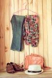 Kostuum het hangen op houten muurachtergrond - de wijnoogst van de stilleventoon Stock Foto