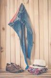 Kostuum het hangen op houten muurachtergrond - de wijnoogst van de stilleventoon Royalty-vrije Stock Afbeelding